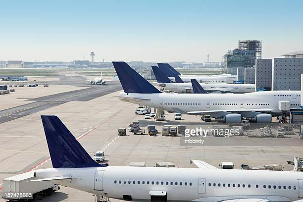 airplanes loading on airport - frankfurt international airport stock pictures, royalty-free photos & images