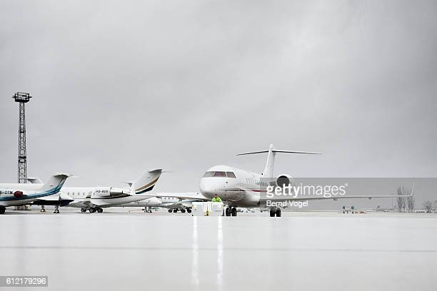 airplanes outside of hangar at aircraft factory - aircraft assembly plant stock pictures, royalty-free photos & images