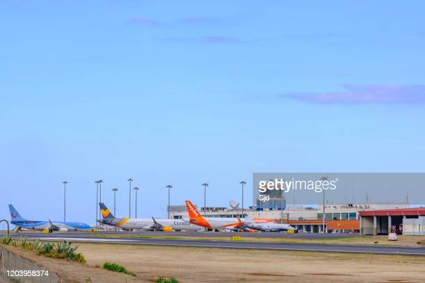 """airplanes taking off and landing at airport cristiano ronaldo on the island madeira, portugal - """"sjoerd van der wal"""" or """"sjo"""" nature stock pictures, royalty-free photos & images"""
