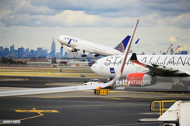 airplanes taking off from newark airport - newark new jersey stock photos and pictures