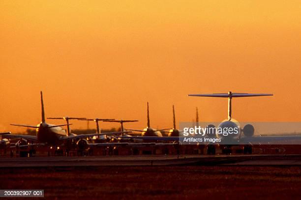 airplanes waiting to take off - aeropuerto internacional de miami fotografías e imágenes de stock