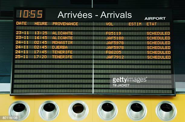 airport arrivals board - arrival stock pictures, royalty-free photos & images