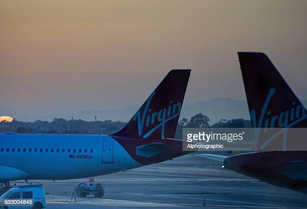 夕暮れの「ラ空港 - ヴァージンアトランティック航空 ストックフォトと画像