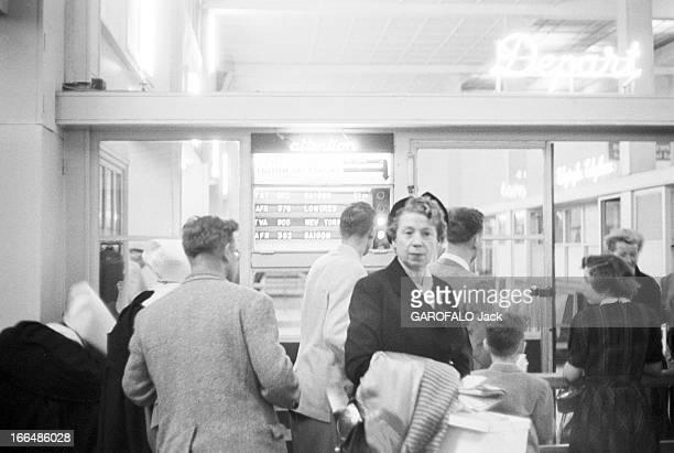 Airport Athmosphere 1956 1956 Passagers dans une salle d'attente d'un aéroport et navette Air France ParisSaïgonDans une salle d'attente plan sur une...