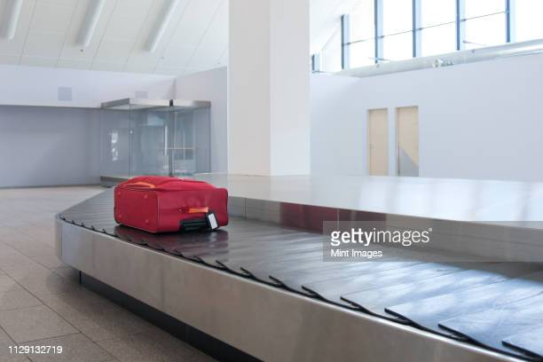 airport baggage claim - baggage claim stock pictures, royalty-free photos & images