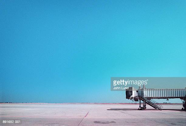 airport boarding gate extension on tarmac - passenger boarding bridge stock pictures, royalty-free photos & images