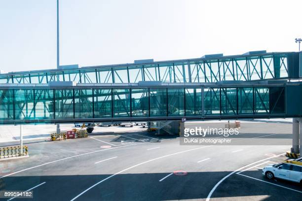 airport covered bridges - passenger boarding bridge stock pictures, royalty-free photos & images