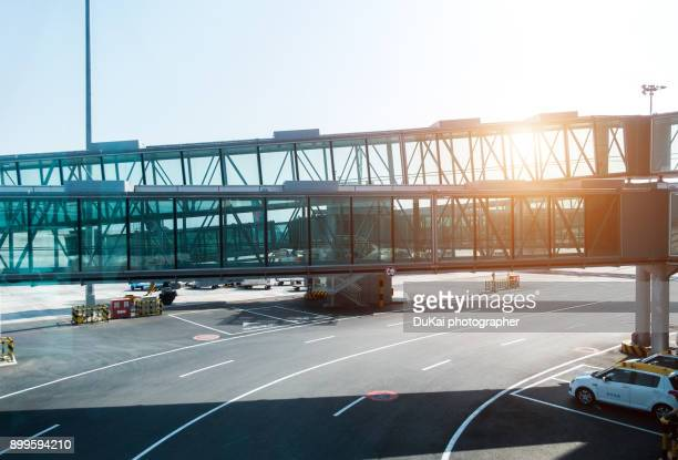 airport covered bridges - airfield stock pictures, royalty-free photos & images