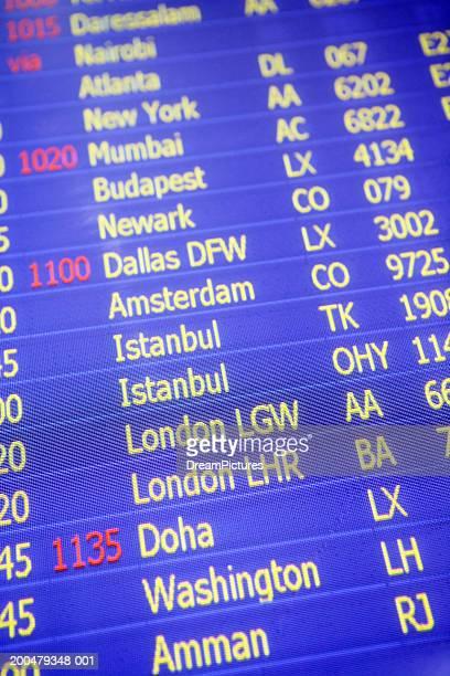 airport departure board - cambio horario fotografías e imágenes de stock