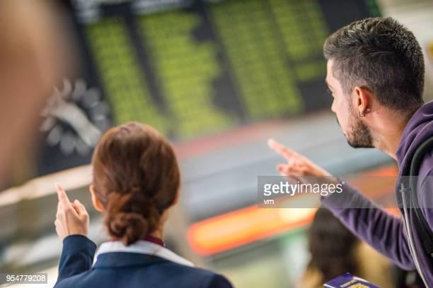 空港従業員や旅行空港タイムラインを指して - 乗員 ストックフォトと画像