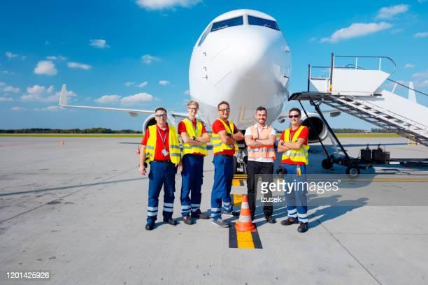 het grondpersoneel van de luchthaven voor vliegtuigen - crew stockfoto's en -beelden