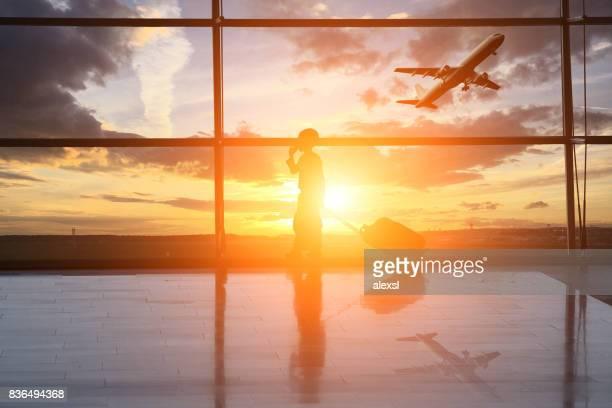 L'aéroport intérieur enfant voyage silhouette soleil couchant