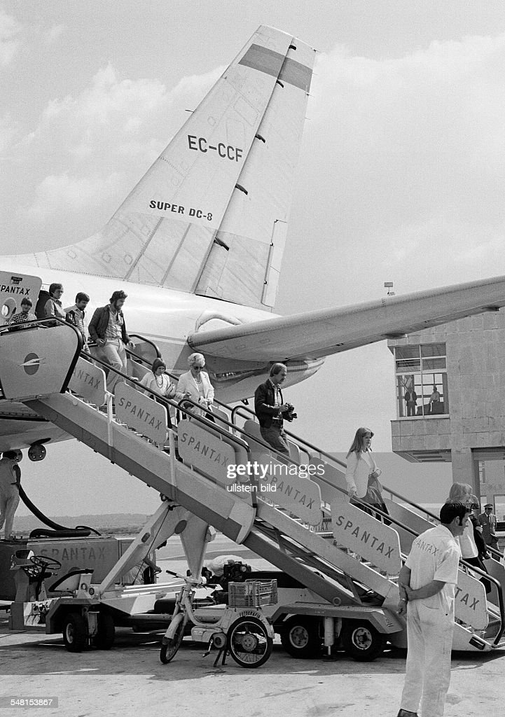 airport Palma de Majorca, airline passengers leave the airplane of the airline Spantax, Spain, Balearic Islands, Majorca, Palma de Majorca - 10.10.1978 : News Photo