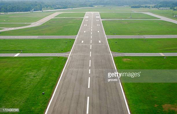 airport runway am ansatz. - south bend indiana stock-fotos und bilder