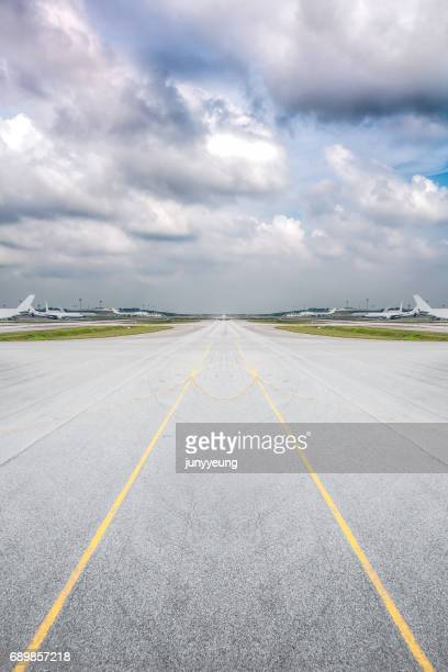 airport runway - airport runway stock pictures, royalty-free photos & images