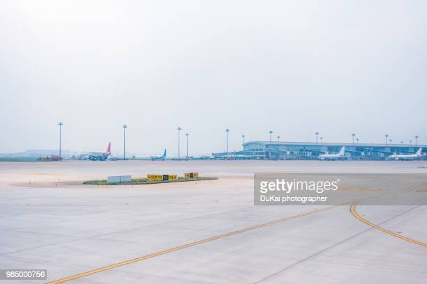 airport runway - airport tarmac stock pictures, royalty-free photos & images