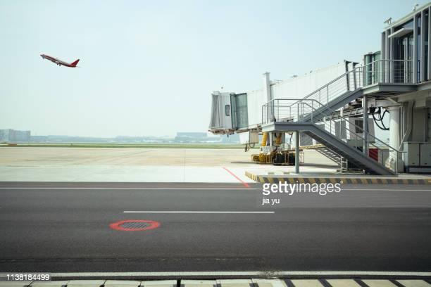 airport runway with passenger boarding bridge - passenger boarding bridge stock pictures, royalty-free photos & images