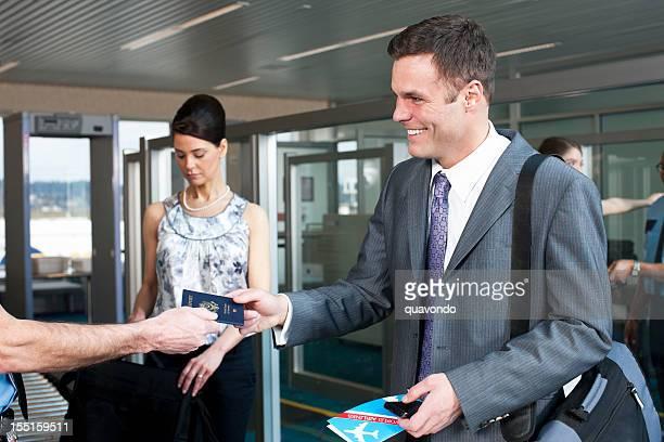Aéroport de sécurité, souriant Homme d'affaires avec un passeport, les voyages d'affaires