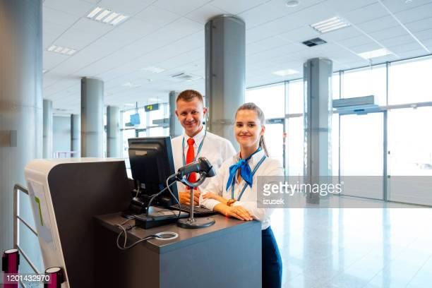 luchthavenserviceteam aan de boarding balie - crew stockfoto's en -beelden