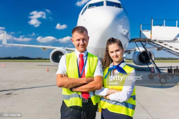 het dienstteam van de luchthaven voor vliegtuig - crew stockfoto's en -beelden