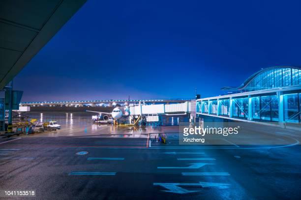 airport tarmac - international match photos et images de collection