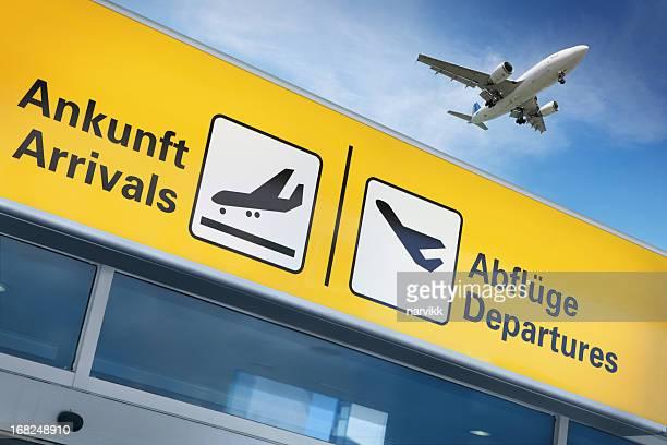 Flughafen terminal und fliegenden Flugzeug oben