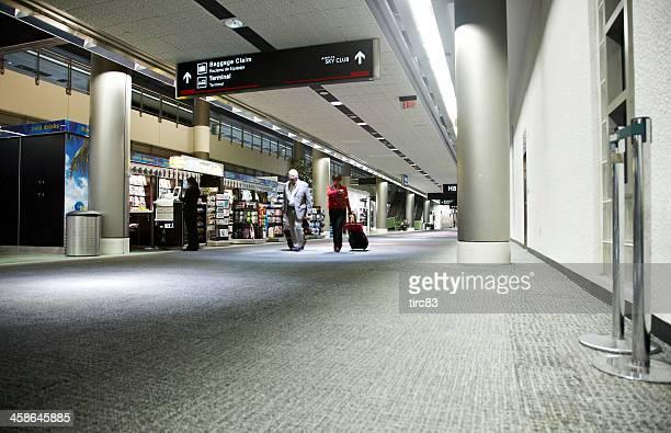 terminal de aeropuerto interior - aeropuerto internacional de miami fotografías e imágenes de stock