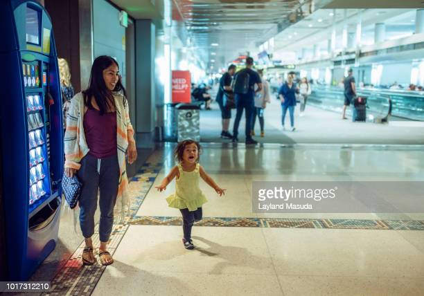 airport toddler with mom - toddler at airport stock pictures, royalty-free photos & images