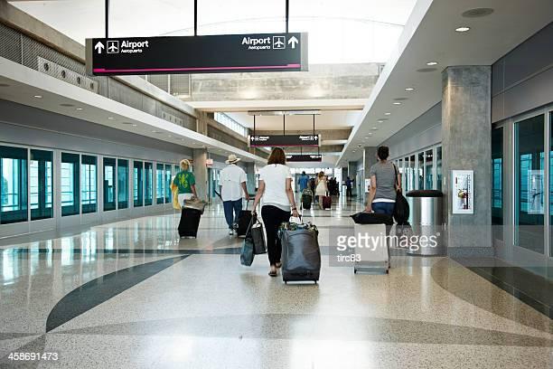 los viajeros del aeropuerto extracción de su equipaje - aeropuerto internacional de miami fotografías e imágenes de stock