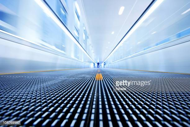 airport walkway - loopbrug stockfoto's en -beelden