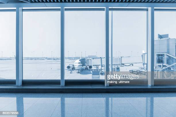 airport window - flughafenterminal stock-fotos und bilder