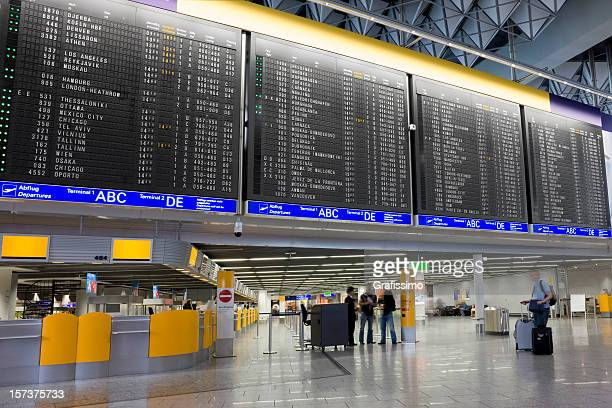 Flughafen mit Ankunfts- und Abfahrtstafel
