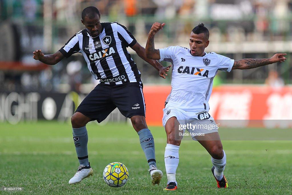 Airton (L) of Botafogo struggles for the ball with Romulo Otero of Atletico Mineiro during a match between Botafogo and Atletico Mineiro as part of Brasileirao Series A 2016 at Arena Botafogo on October 16, 2016 in Rio de Janeiro, Brazil.