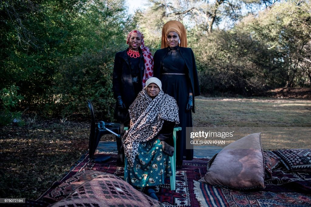 TOPSHOT-SAFRICA-RELIGION-ISLAM-EID : News Photo