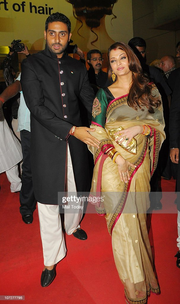 Aishwarya Rai and Abhishek Bachchan at the premiere of the film `khelein hum jee jaan se` in Mumbai on December 2 2010