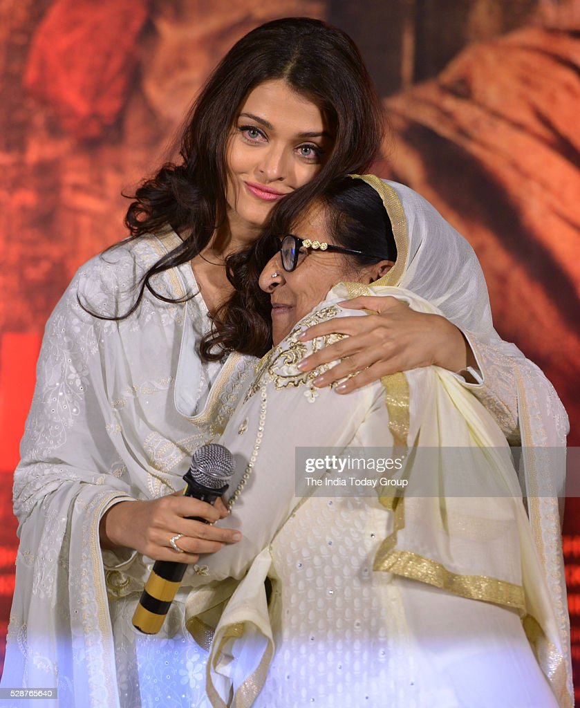 Aishwarya Rai Bachchan with Dalbir Kaur pay tribute to Sarabjit Singh on the 3rd Anniversary of his death in Mumbai