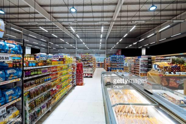 gänge und regale im supermarkt, leerer supermarkt während coronavirus-sperre - weitwinkelaufnahme stock-fotos und bilder