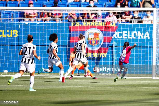 Aitana Bonmati of FC Barcelona scores his side's first goal during the Joan Gamper Trophy match between FC Barcelona Women and Juventus Women at...