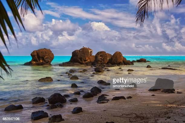 aitutaki lagoon in the cook islands - isole cook foto e immagini stock