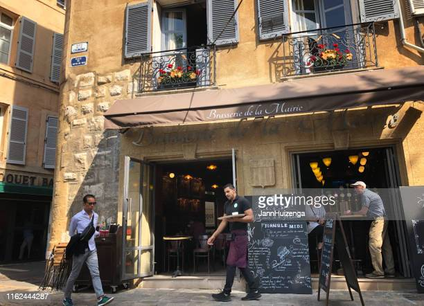 aix-en-provence, france: waiter, customers, pedestrian at brasserie - aix en provence stock pictures, royalty-free photos & images
