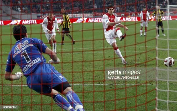 Ajax' Albert Luque scores a penalty past Vitesse goalkeeper Piet Velthuizen during their football match in Amsterdam 25 November 2007 AFP PHOTO / ANP...