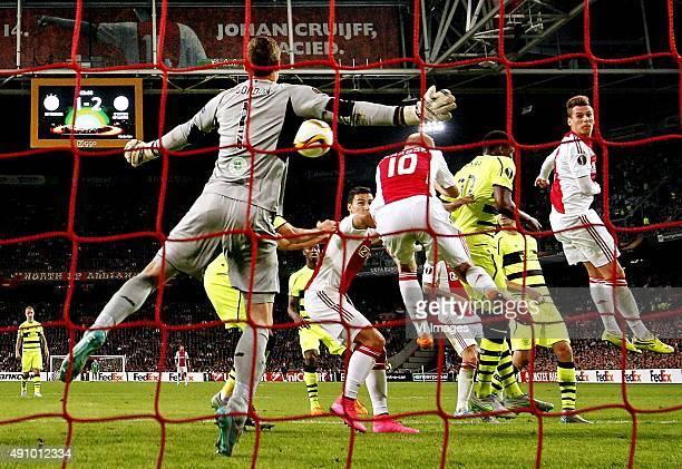 Ajax-Celtic Europa League Iedereen kijkt naar de vrije trap van Lasse Schone waar Milik in de lucht habgt samen met Davy Klaassen en Anwar el Ghazi....