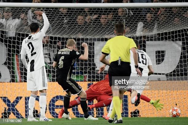 Ajax's Dutch midfielder Donny van de Beek celebrates as he scores an equalizer during the UEFA Champions League quarterfinal second leg football...