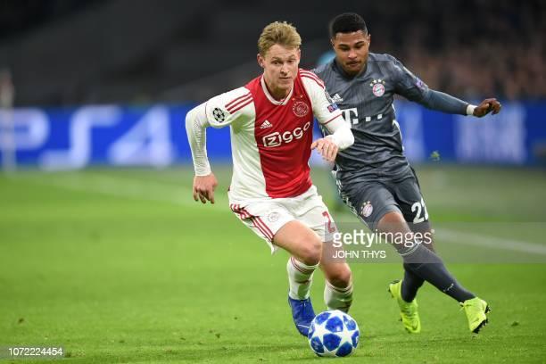 Ajax's Dutch midfielder Frenkie de Jong vies with Bayern Munich's German forward Serge Gnabry during the UEFA Champions League Group E football match...