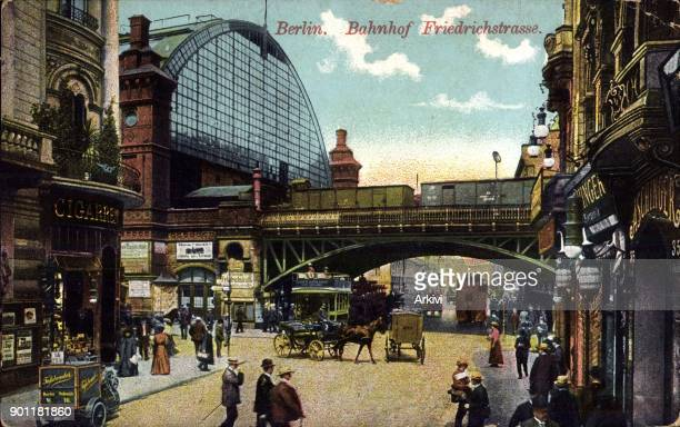 Ak Berlin Mitte Blick auf den Bahnhof Friedrichstraße Kutsche Passanten