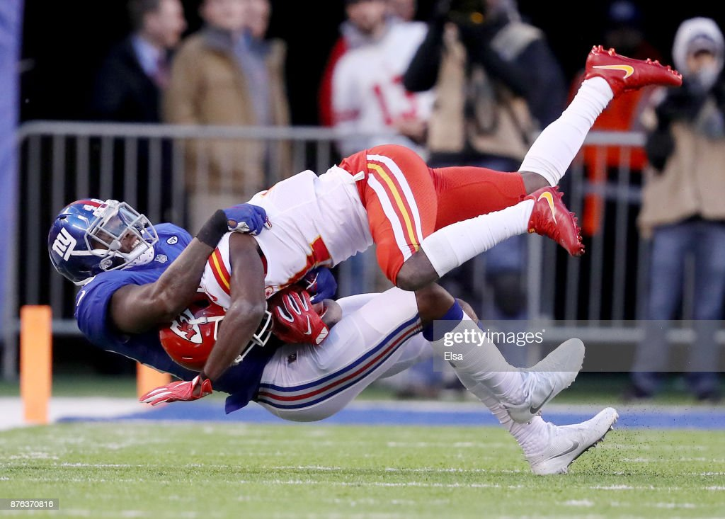 Akeem Ayers #48 of the New York Giants tackles Akeem Hunt #31 of the Kansas City Chiefs in the fourth quarter on November 19, 2017 at MetLife Stadium in East Rutherford, New Jersey.