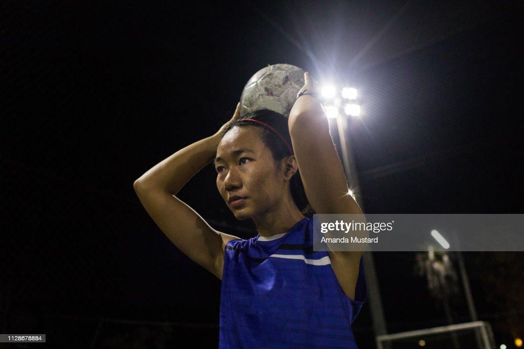 Akha/Thai Woman Soccer Player Throwing a Ball : Stock-Foto
