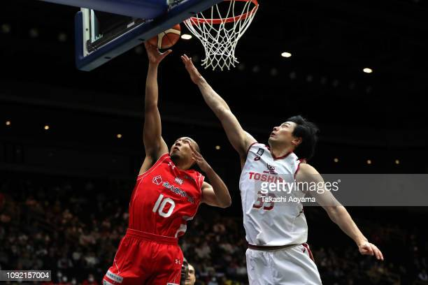 Aki Chambers of Chiba Jets lays the ball up during the Basketball 94th Emperor's Cup Quarter Final between Kawasaki Brave Thunders and Chiba Jets at...