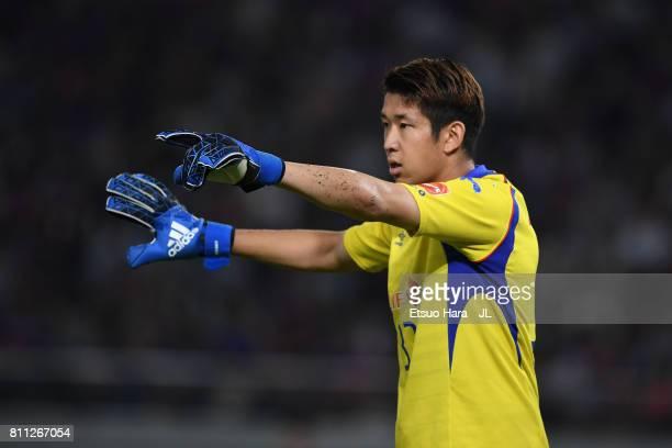 Akihiro Hayashi of FC Tokyo gives instruction during the J.League J1 match between FC Tokyo and Kashima Antlers at Ajinomoto Stadium on July 8, 2017...