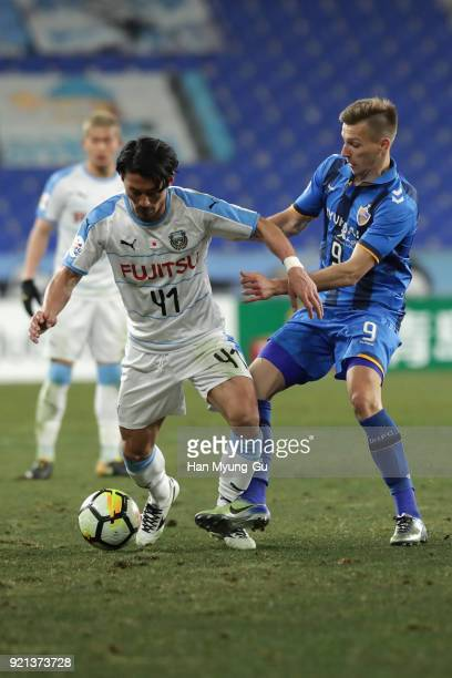 Akihiro Ienaga of Kawasaki Frontale and Mislav Orsic of Ulsan Hyndai compete for the ball during the AFC Champions League Group F match between Ulsan...
